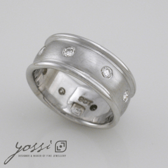 Extraordinary White Gold Engagement Ring with Diamonds